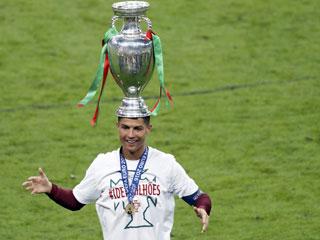 Ronaldo đội Cup lên đầu trong lễ ăn mừng của Bồ Đào Nha