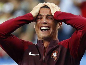 Ronaldo bật khóc vì phải rời chung kết quá sớm